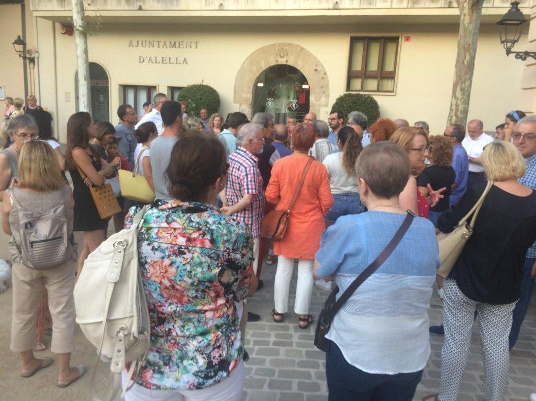 Un grupo de vecinos se reúne con el alcalde de Alella, Marc Almendro, en las puertas del Ayuntamiento, para trasladarle sus impresiones sobre la inseguridad en los barrios.