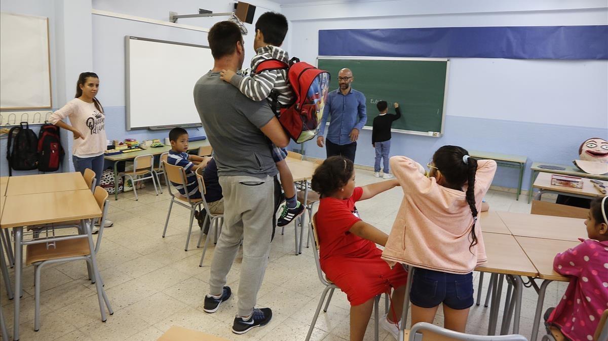Xavi Garcia recibe a los alumnos de tercero de primaria, en la escuela El Til.ler de Barcelona.