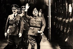 Montaje fotográfico en el que Franco, al lado de Hitler,hace el saludo nazi ante la guardia alemana.