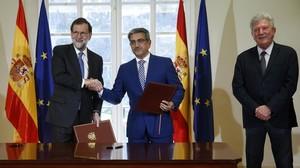 El presidente del Gobierno, Mariano Rajoy, el líder de Nueva Canarias, Román Rodríguez y el diputado Pedro Quevedo, durante la firma del acuerdo para aprobar los Presupuestos del 2017 en mayo.