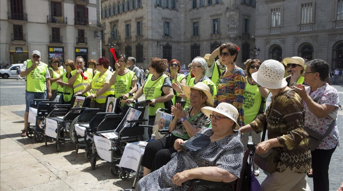Familiares y afectados de cinco residencias públicas de ancianos protestan frente a la Generalitat el 15 de junio de 2017.