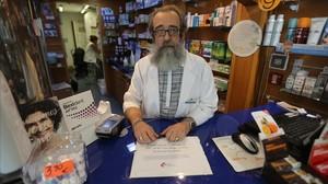 Tomás Berasategui ensu farmacia del barrio de Gràcia, de Barcelona.