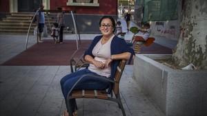 La maestra Laila Benaliti, junto a un parque infantil en Molins de Rei, el pasado viernes.