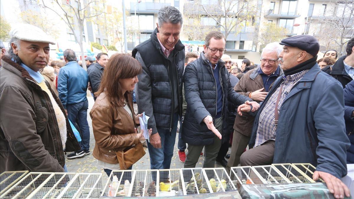 El candidato del PP, Xavier García Albiol, y el vicesecretario popular Javier Maroto, este domingo en un mercado de LHospitalet de Llobregat.