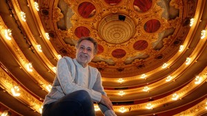 Josep Pons, sin la batuta ni el traje de los días de función, junto al foso del Gran Teatre del Liceu.