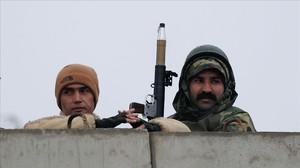 Soldados afganos toman posiciones junto a la academia militar atacada en Kabul.