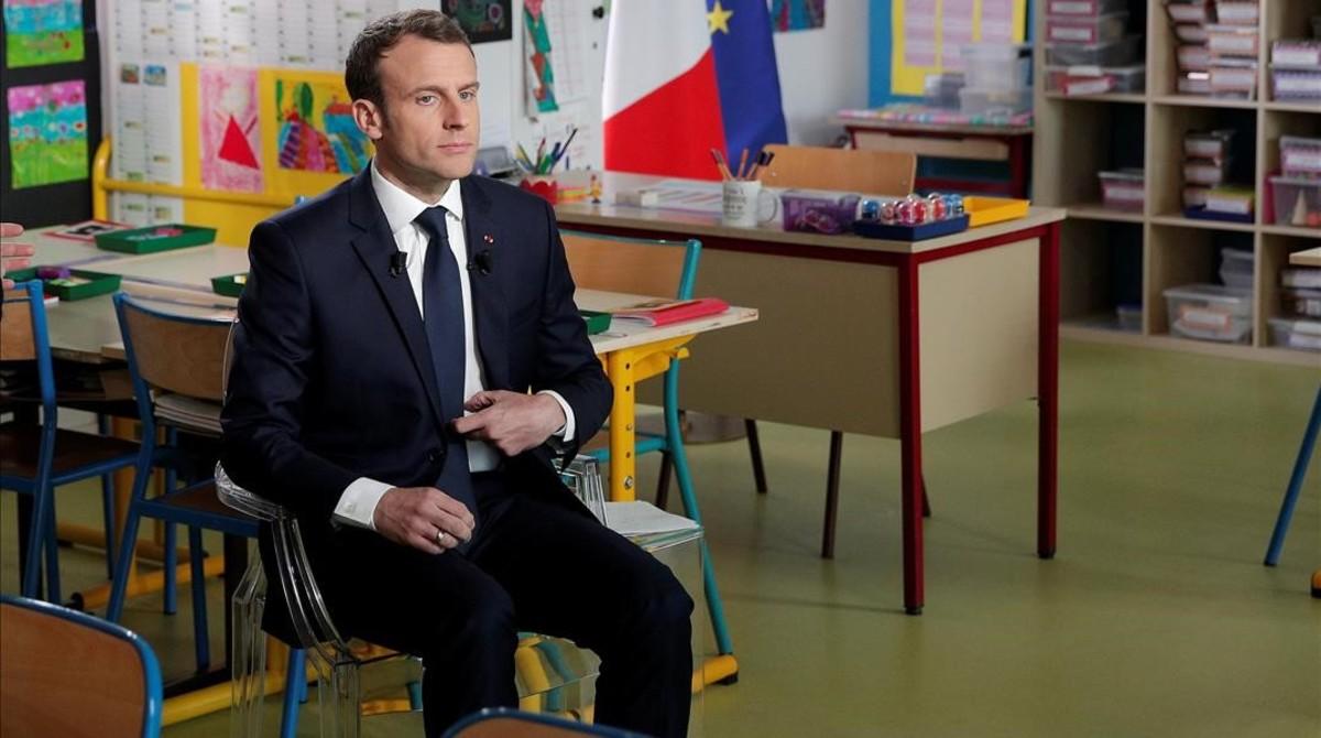 Macron, en el aula en que ha concedido la entrevista a la cadena de televisión TF1.