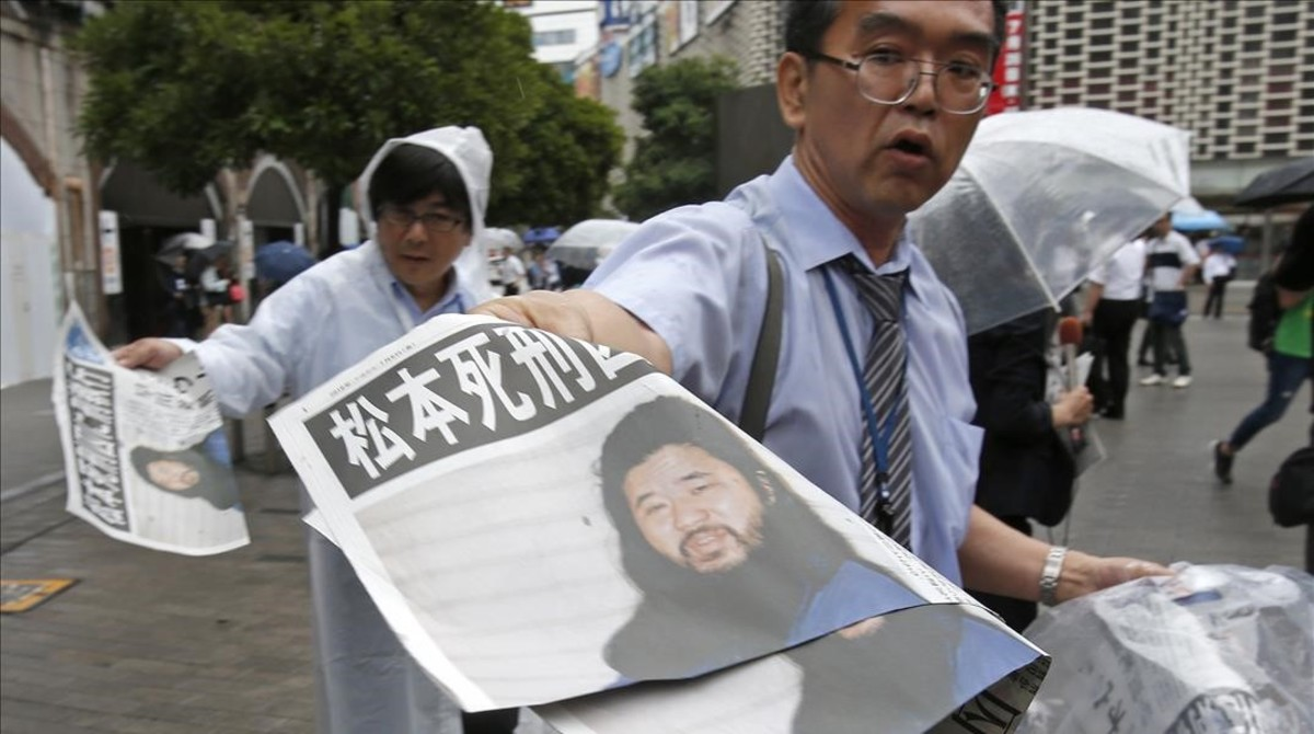 Venta en las calles de Tokio de ejemplares de la edición extra del diario Mainichi Shimbun, en la que se informa de la ejecución de Shoko Asahara y seis seguidores, el 6 de julio.