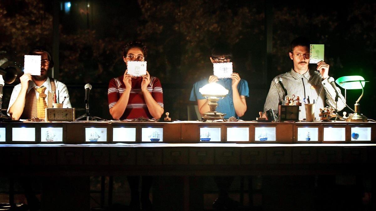 Escena de Correo, espectáculo chileno dirigido por Paula Aros Gho.