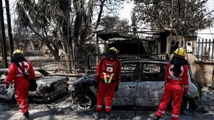 Miembros de la Cruz Roja en Mati, el pasado miércoles, enuna de las zonas devastadas por los incendios en Grecia.