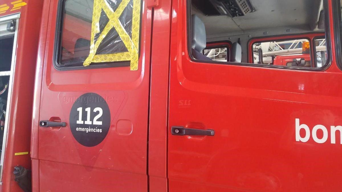 Els bombers apaguen un cotxe cremant a Sabadell