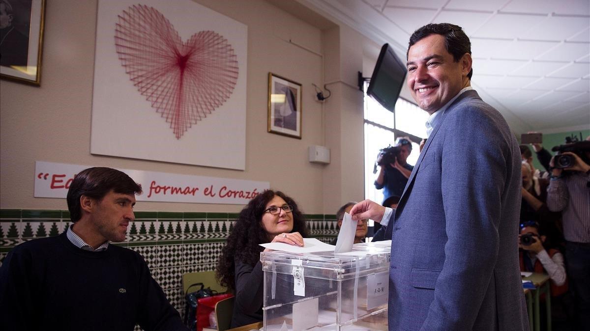 El presidente de la Junta de Andalucía y líder del PP andaluz, Juanma Moreno, ejerció su derecho al voto Málaga.