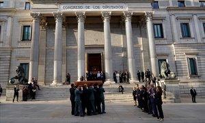 El féretro de Alfredo Pérez Rubalcaba, llega al Congreso de los Diputados.