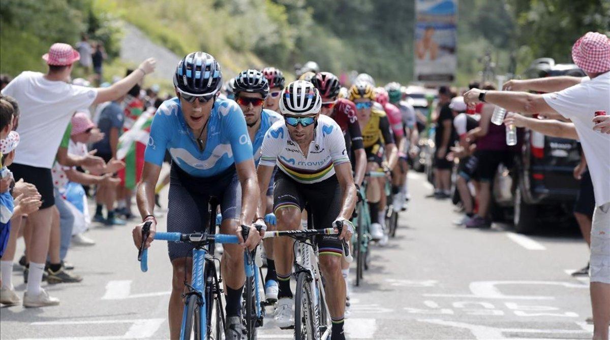 Alejandro Valverde rueda detrás de Marc Soler.
