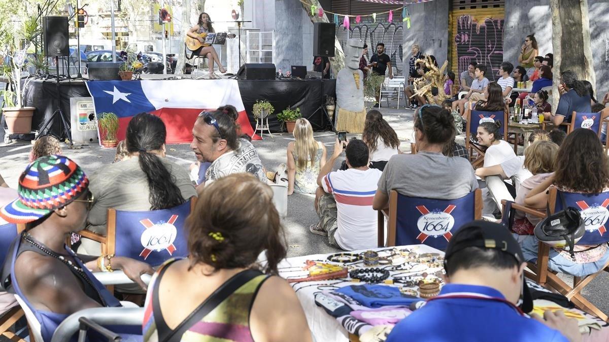 María Illanes actúa en la jornada de cultura chilena impulsada por la Nave de Papel en el Poblenou.