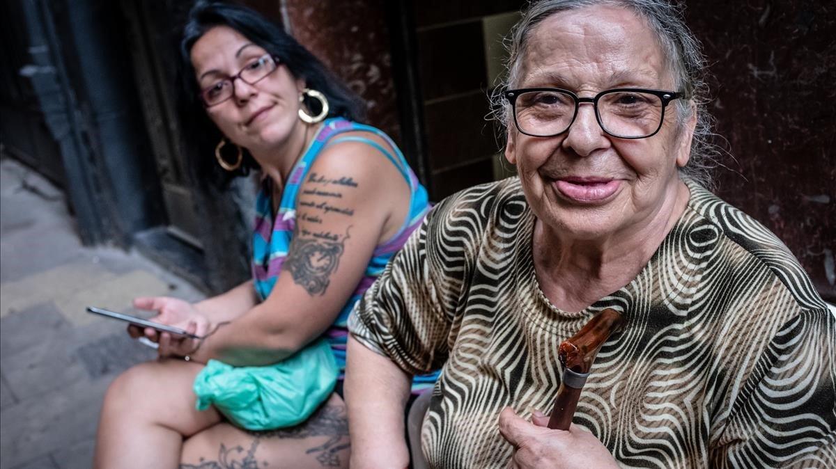 Manuela, junto a su hija, en octubre del año pasado, en la calle de Obradors.