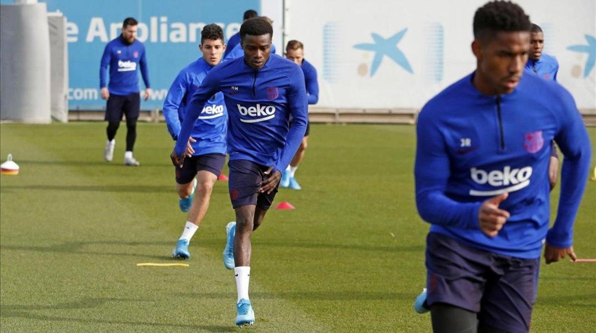 Moussa Wagué (en el centro) y Junior Firpo (derecha), en el entrenamiento del jueves en la Ciutat Esportiva Joan Gamper.