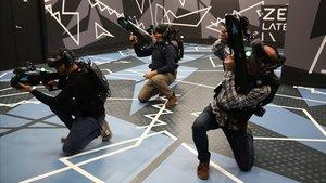 Un grupo de jugadores matan zombis en el nuevo local de Zero Latency, en el centro comercial Som Multiespai.