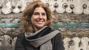 Mònica Ramon,presidenta del Gremi de Galeries d'Art de Catalunya, posa delante de la obra de Frederic Amat 'Black Head' en la galería Artur Ramon.