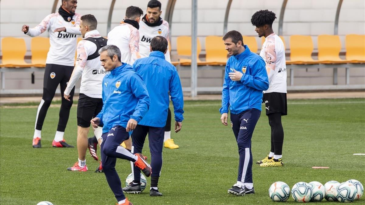 Albert Celades, dirigiendo el entrenamiento en la víspera del Valencia-Barça.