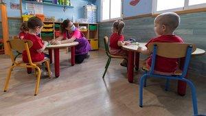 Una profesora imparte clase en el centro de educación infantil 'Mi pequeña escuela', en la pedanía murciana de La Alberca.