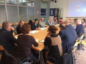 La comisión se reunió en el Edificio de Vía Pública.