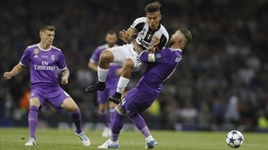 zentauroepp38728839 real madrid s sergio ramos right challenges for the ball w170603212206