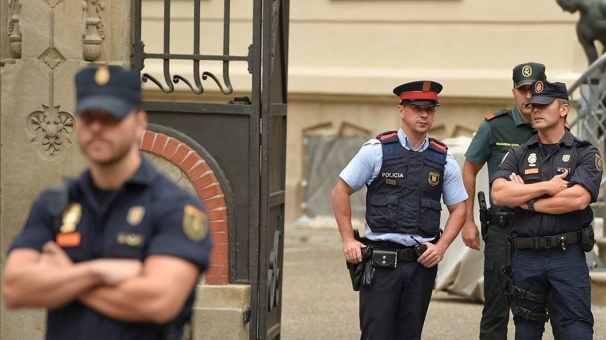 Policía Nacional, Mossos dEsquadra y Guardial Civil en los accesos a la Delegación del Gobierno en Barcelona.
