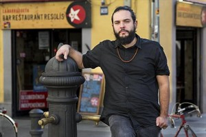 El músico Kel Sangüesa, delante del bar La Barraqueta (Tordera, 28), en la plaza del Raspall.