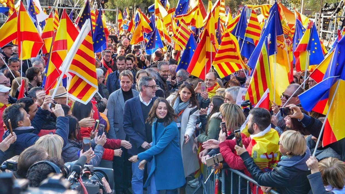 La candidata Inés Arrimadas a su llegada al acto electoral en la plaza Universitat.