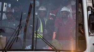 Algunos de los cientos de mineros rescatados, en un autobús, cerca de la mina Beatrix, cerca de Welkom, el 2 de febrero.