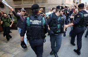 Miembros del GRS de la Guardia Civil, a las puertas de la Conselleria d'Afers Exteriors en la Via Layetana de Barcelona durante el registro ordenado por el juez el 20 de septiembre de 2017.