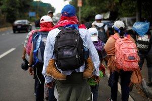 Durante la tarde del domingo, cientos de salvadoreños habían cruzado la frontera hacia Guatemala,