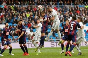 Benzema remata en uno de sus dos goles ante el Eibar.