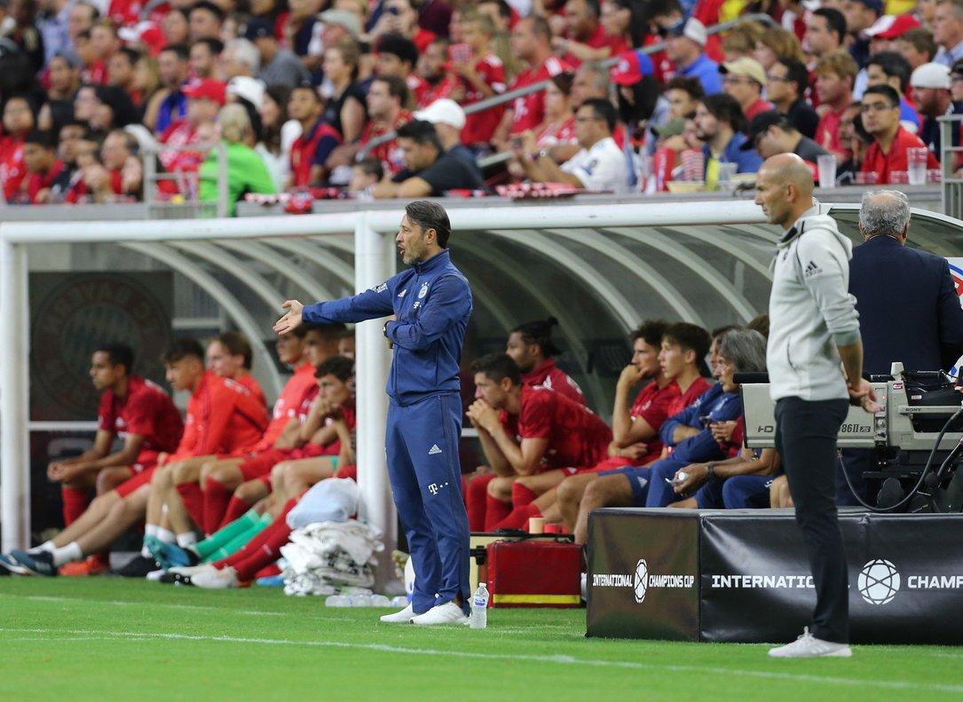 Zidane (d) en el banquillo del Madrid durante el primer partido de la temporada.