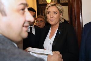 Momento en que Marine Le Pen rechaza el velo que le ofrecen para reunirse con el gran mufti del Líbano.