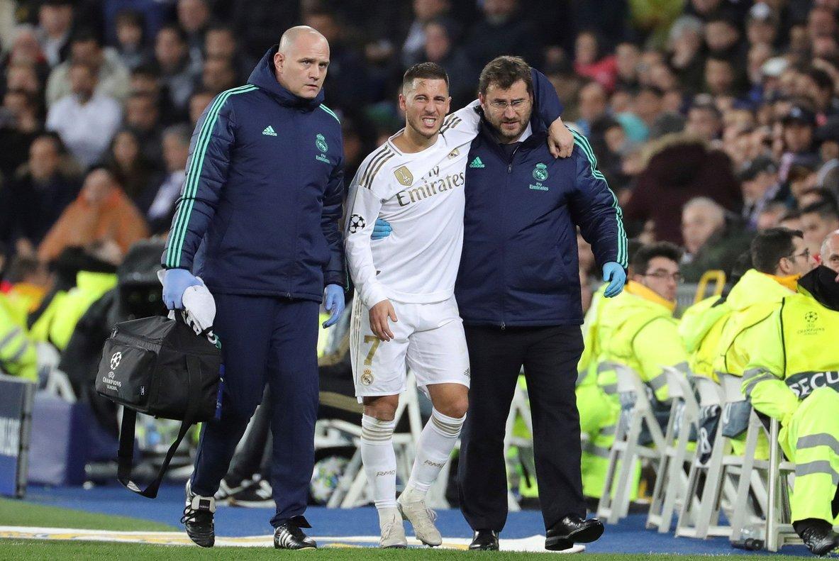 Eden Hazard se retira dolorido durante el partido del Madrid ante el París Saint-Germain.