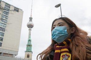 Una turista se protege con una mascarilla en Berlín.