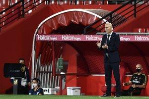 El técnico francésZinedine Zidane durante el último partido del Madrid en Granada.