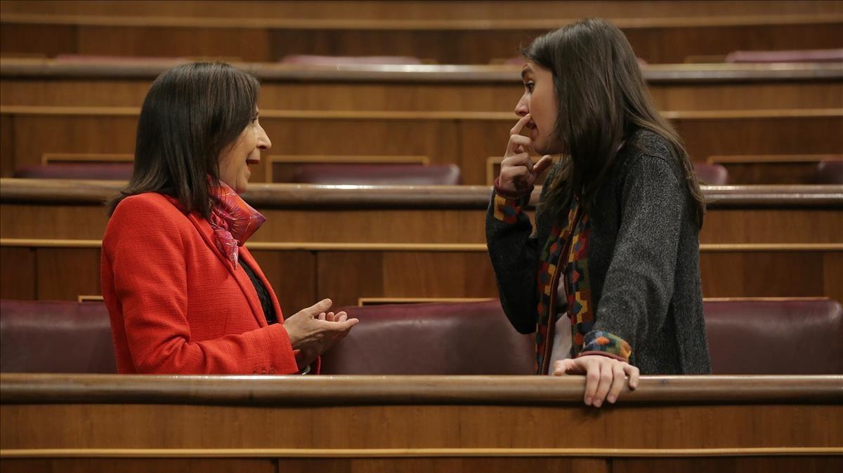 La portavoz del PSOE, Margarita Robles, con la de Unidos Podemos, Irene Montero, este jueves en el Congreso.