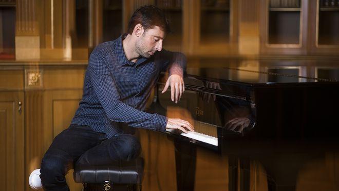 Elpolifacético actor Bruno Oro presenta su novela 'Tú buscas amor y yo cobertura'acompañado por las notas del piano del hotel Palace.