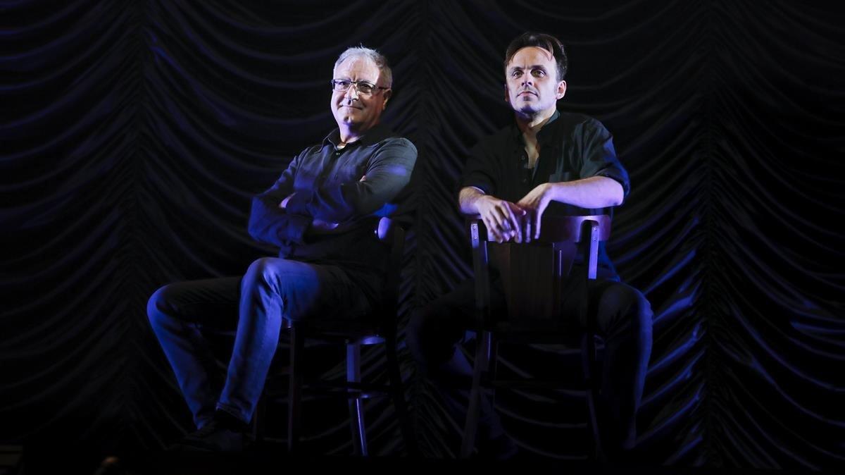 El actor Jordi Bosch y el director Iván Morales, en el Teatre Romea donde representan 'Partida d'escacs'.