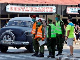 AME090. LA HABANA (CUBA), 03/04/2020.- Varios militares realizan labores de control, este viernes, en La Habana (Cuba). Una sección del céntrico barrio del Vedado, en La Habana, quedará aislada a partir de hoy viernes debido al número de contagios del coronavirus SARS-CoV-2 (causante de la enfermedad COVID-19) que acumula, informaron el pasado jueves medios estatales. EFE/ Ernesto Mastrascusa