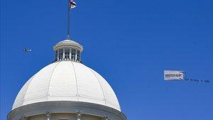 Una avioneta sobrevuela el edificio del gobierno de Alabama arrastrando una pancarta con la frase: ¡Aborto es OK!