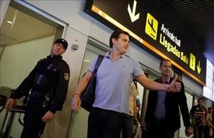 El líder de Ciudadanos, Albert Rivera, tras aterrizar en Madrid de su viaje a Venezuela.