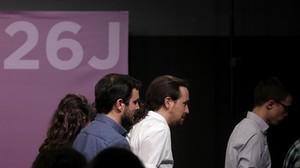 Alberto Garzón, Pablo Iglesias e Íñigo Errejón, tras su comparecencia al conocerse los resultados del 26-J.