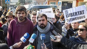 El alcalde de Celrà, Dani Cornellà, atiende a los medios en presencia del alcalde de Verges, Ignasi Sabater.