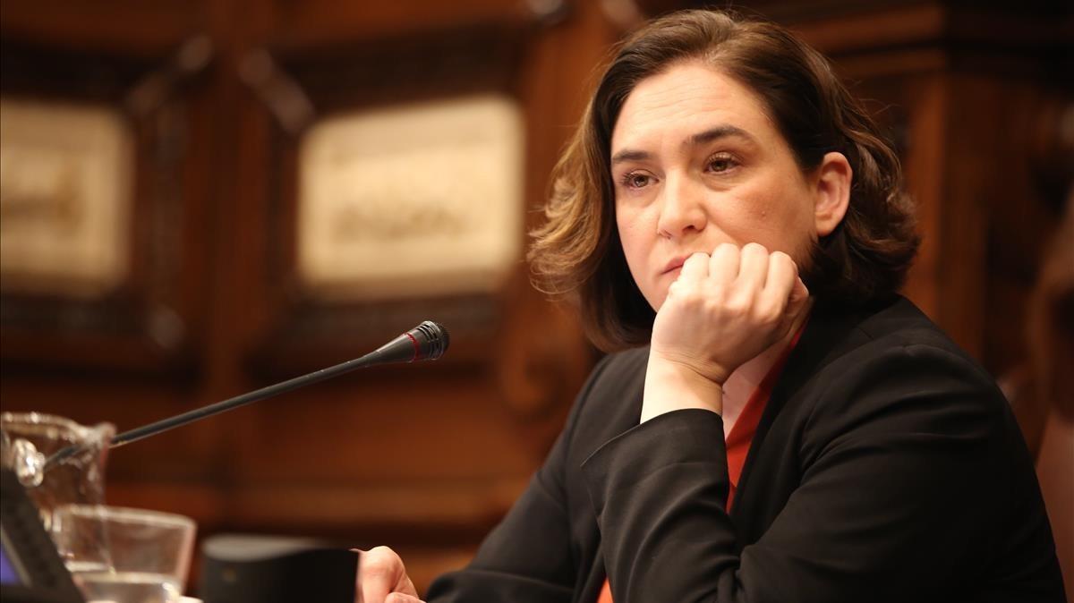 La alcaldesa con rostro de preocupación durante el pleno.