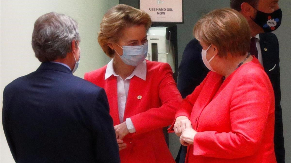 Angela Merkel y Ursula von der Leyen se saludan a su llegada a la cumbre de la UE