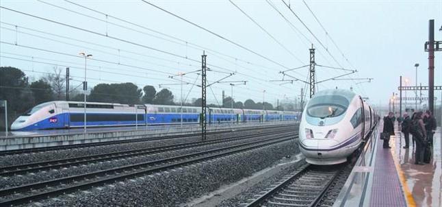 Un AVE de Renfe (a la dreta) aturat a lestació de Figueres-Vilafant al costat dun TGV de la SNCF, el 9 de gener passat.